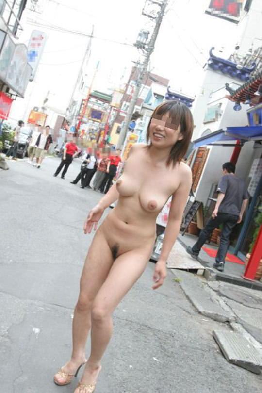 周りに人が居る中堂々と露出プレイを楽しむ淫乱女のエロ画像 2684