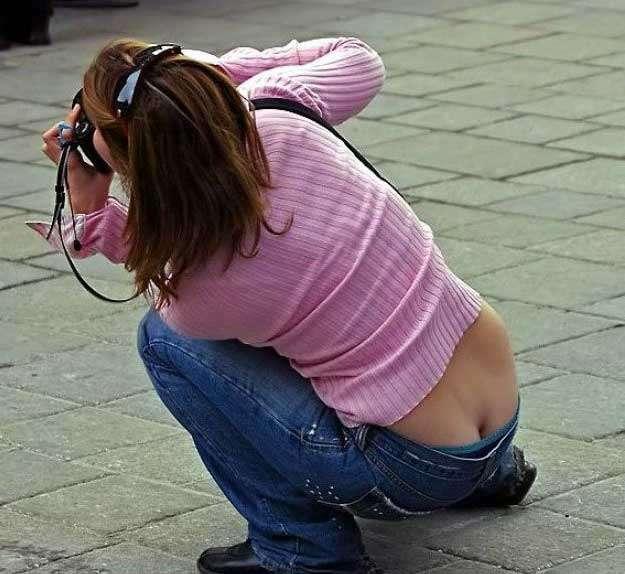 ローライズからお尻の割れ目がチラ見えしてる街撮りエロ画像 2741