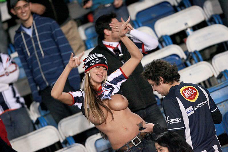 海外サッカーの美人サポーターが興奮しすぎて乳首ポロリしてる胸チラエロ画像 2744