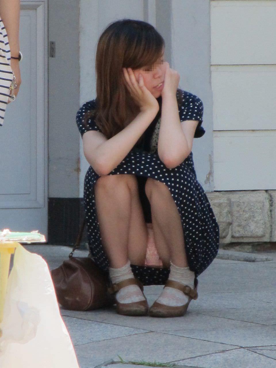 スカートでしゃがみパンチラしてる素人娘のエロ画像 2767