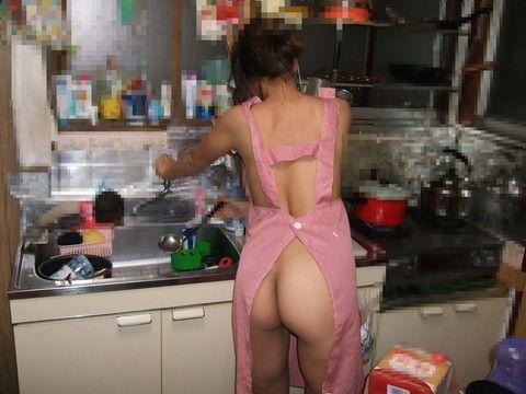 ドスケベな彼女に裸エプロンさせて股間もっこりさせるエロ画像 2824