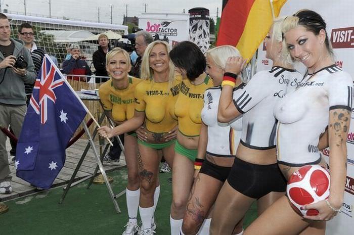 海外サッカーの美人サポーターが興奮しすぎて乳首ポロリしてる胸チラエロ画像 2840