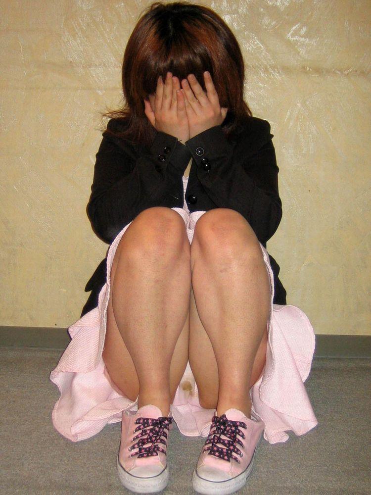 興奮してパンツにまん汁の染み作っちゃってるスケベ女のエロ画像 2919