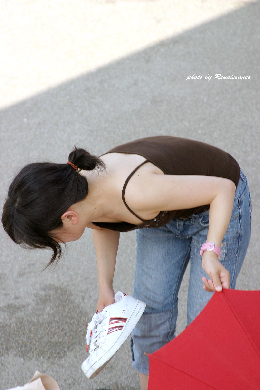 チラ見えする街撮りおっぱいの胸チラエロ画像 2953
