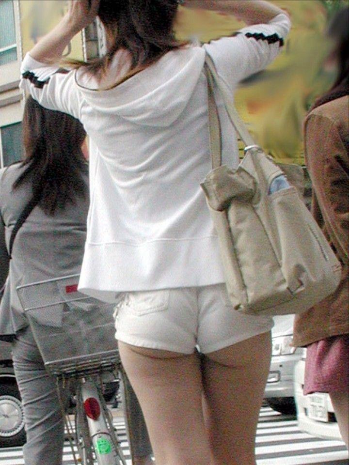 ホットパンツを履いたギャルのお尻がはみ出てる街撮りエロ画像 297