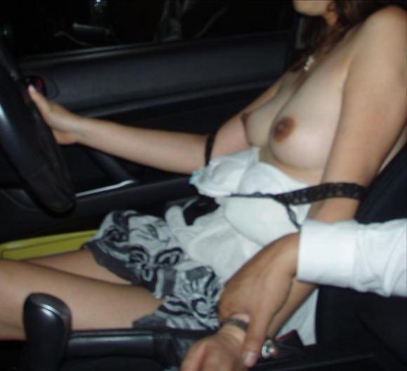 身動きが取れない車内で彼女にエッチなことしてるエロ画像 3043