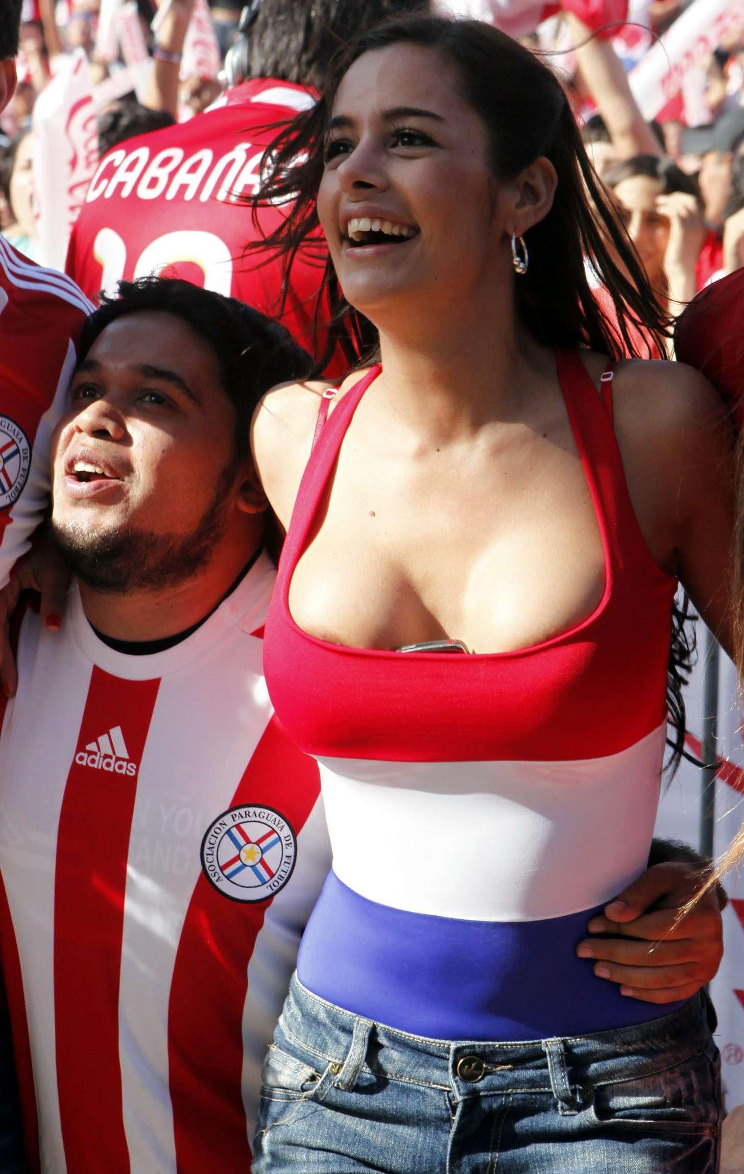 海外サッカーの美人サポーターが興奮しすぎて乳首ポロリしてる胸チラエロ画像 3101