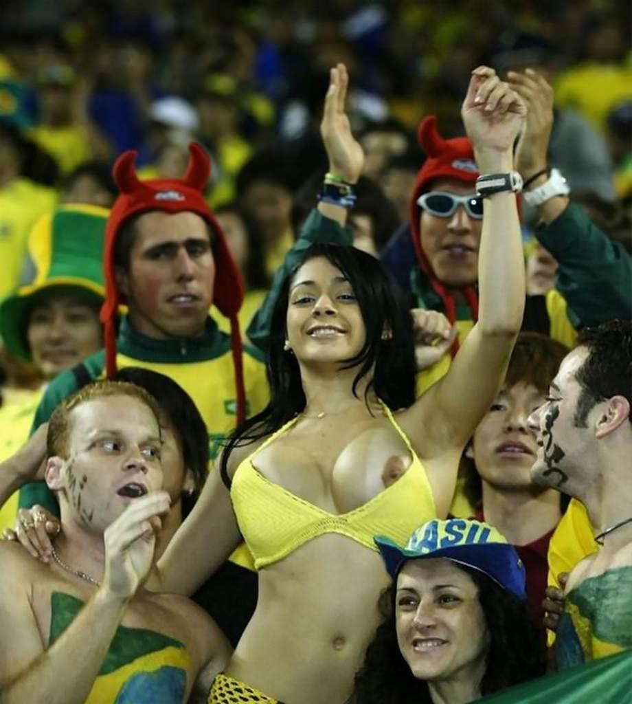 海外サッカーの美人サポーターが興奮しすぎて乳首ポロリしてる胸チラエロ画像 3128