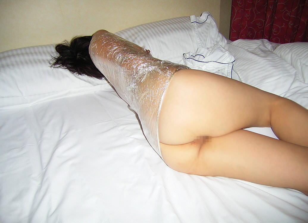 ラップに包まれ拘束されてる変態女子のSMエロ画像 3166
