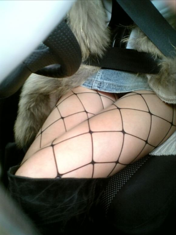 身動きが取れない車内で彼女にエッチなことしてるエロ画像 3323