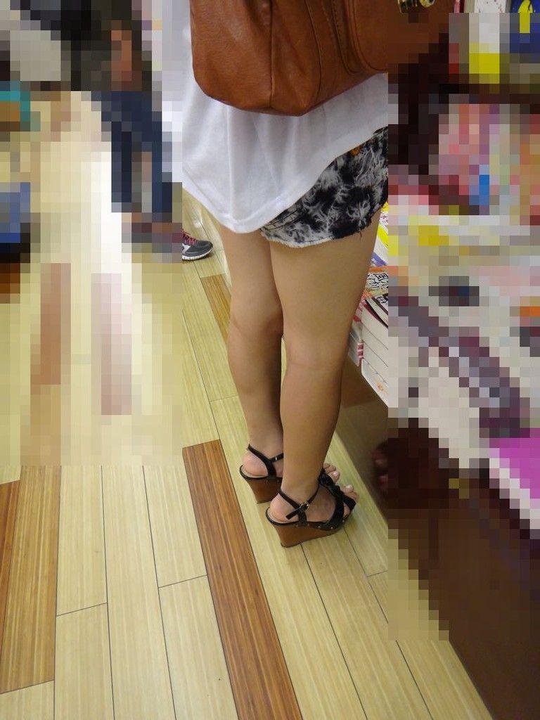 ショートパンツを履いてムチムチした太ももを露出する女の子の街撮りエロ画像 4103