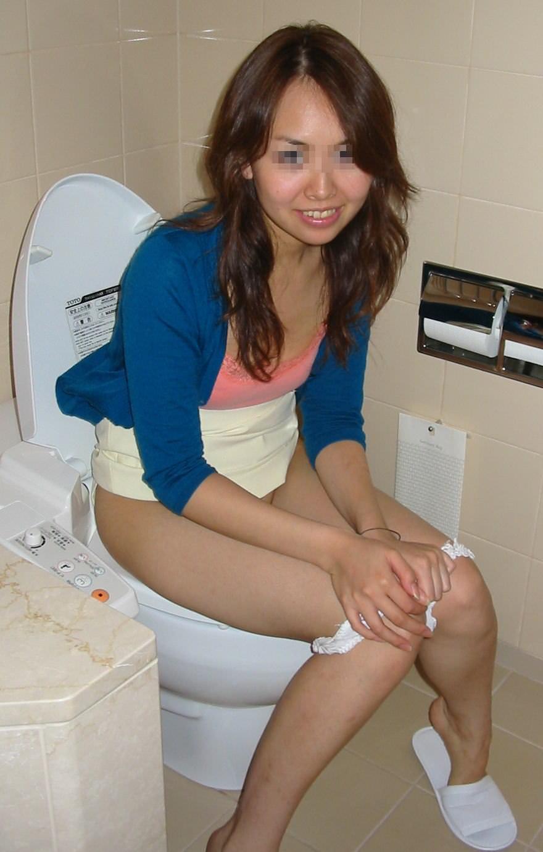 彼女がトイレでおしっこしてる姿を写メったらネット流出してしまったエロ画像 4146