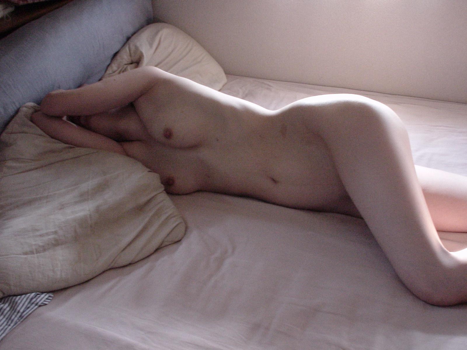 彼氏とセックスして疲れて寝てる姿を激写流出されたエロ画像 416