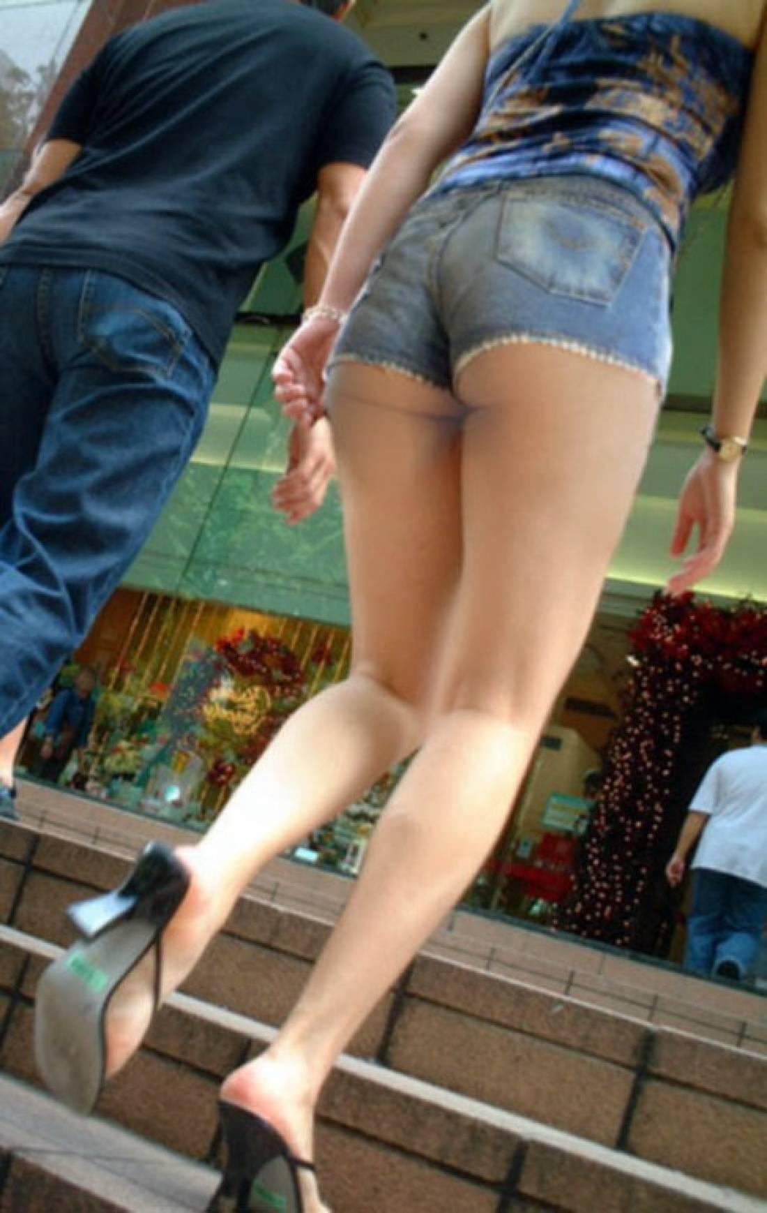 ホットパンツを履いたギャルのお尻がはみ出てる街撮りエロ画像 419