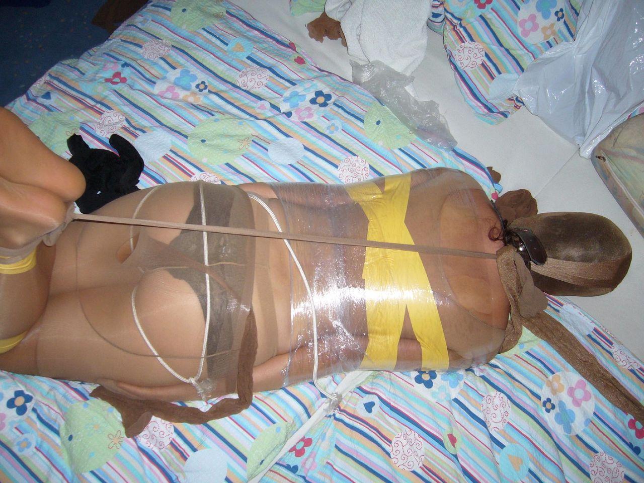 【画像】女をグルグル巻にテープ緊縛するヤバいSMエロ画像 446