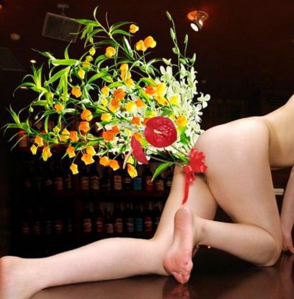 彼女のアナルやまんこに花ぶっ挿して生花にしてるヤバいエロ画像 496