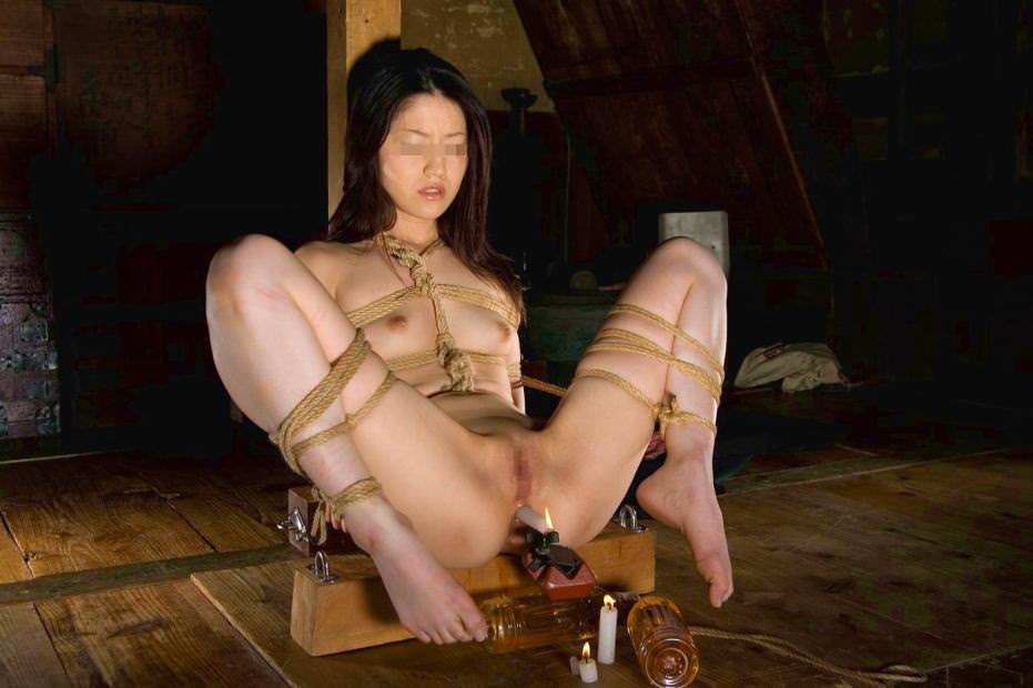 彼女のアナルやまんこにローソクを差し込むソフトSMプレイを楽しむエロ画像 554