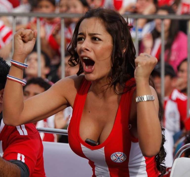 海外サッカーの美人サポーターが興奮しすぎて乳首ポロリしてる胸チラエロ画像 583