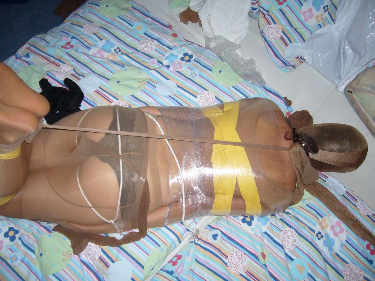 ラップに包まれ拘束されてる変態女子のSMエロ画像 6123