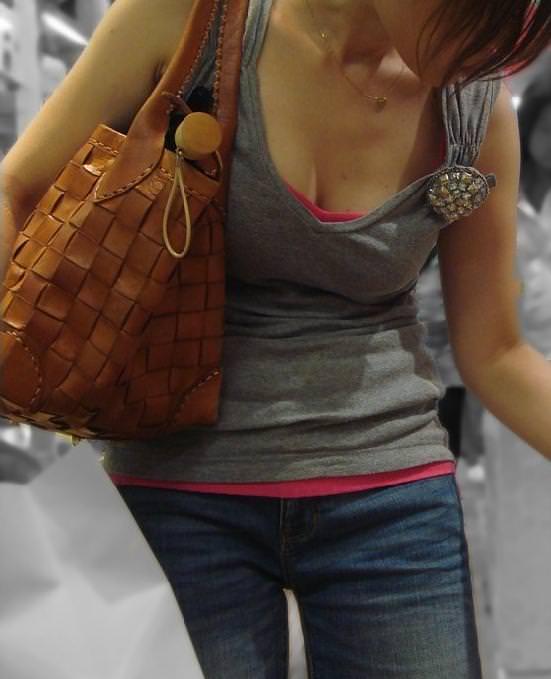 街中でこっそり激写された着衣おっぱい&谷間のエロ画像 6145