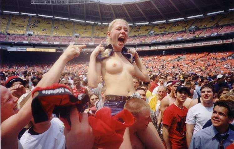 海外サッカーの美人サポーターが興奮しすぎて乳首ポロリしてる胸チラエロ画像 683
