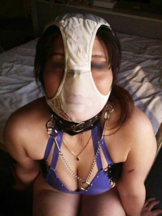 変態仮面の様にまん汁付きパンツを被って興奮してるド変態女のエロ画像 689