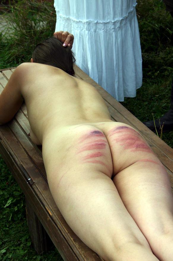お尻ペンペンされて真っ赤になっちゃった素人娘のエロ画像 69