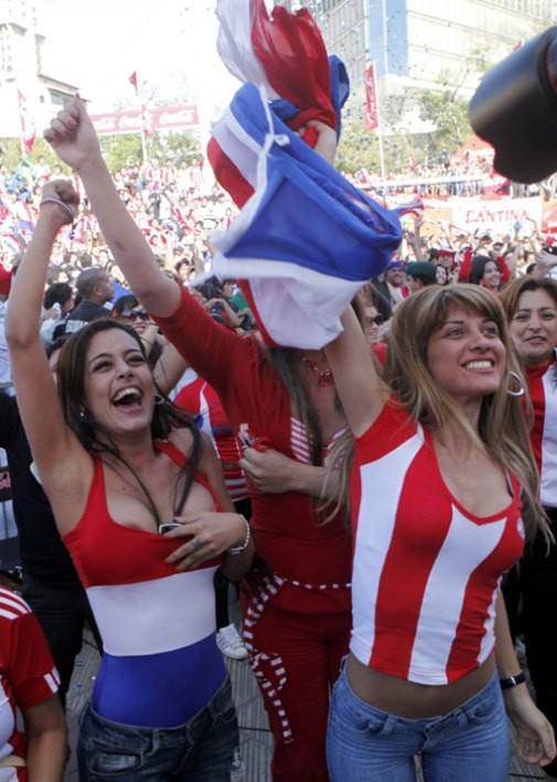 海外サッカーの美人サポーターが興奮しすぎて乳首ポロリしてる胸チラエロ画像 783