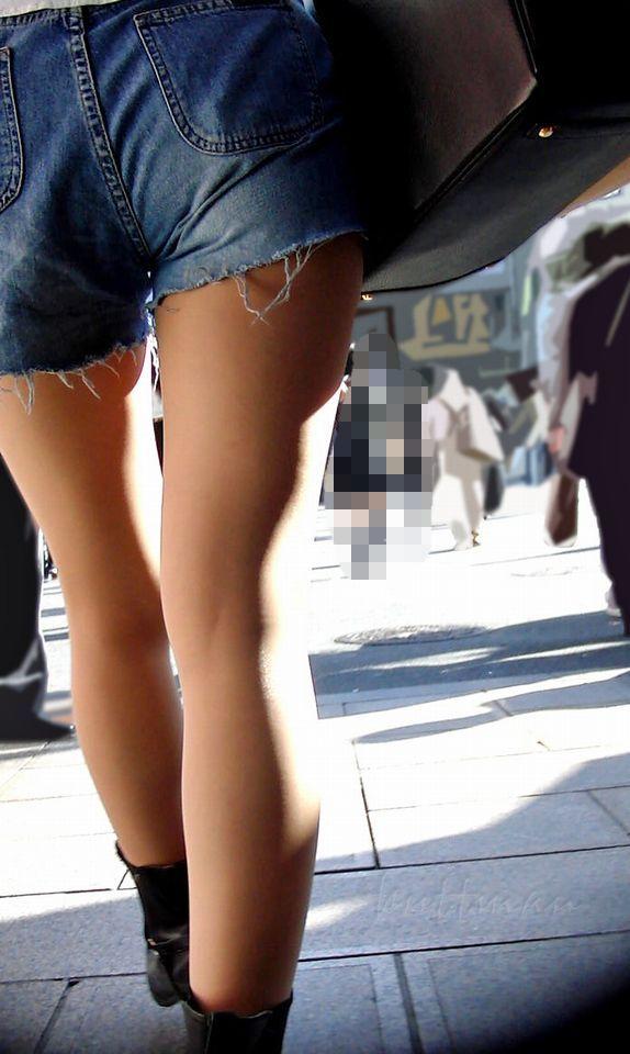 ショートパンツを履いてムチムチした太ももを露出する女の子の街撮りエロ画像 8103