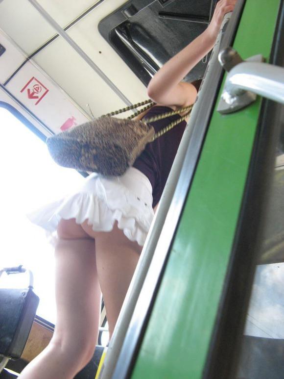 自分がノーパンだった事をすっかり忘れて街撮りされてる露出女のエロ画像 8141