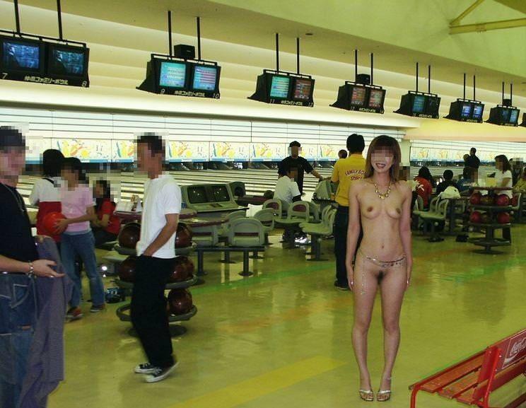 周りに人が居る中堂々と露出プレイを楽しむ淫乱女のエロ画像 8149