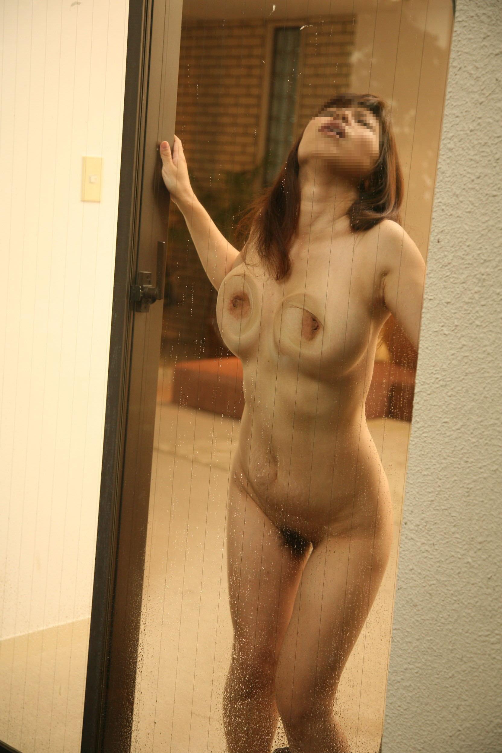 ガラスにおっぱい押し付けて乳首が梅干しみたいになってるエロ画像 862