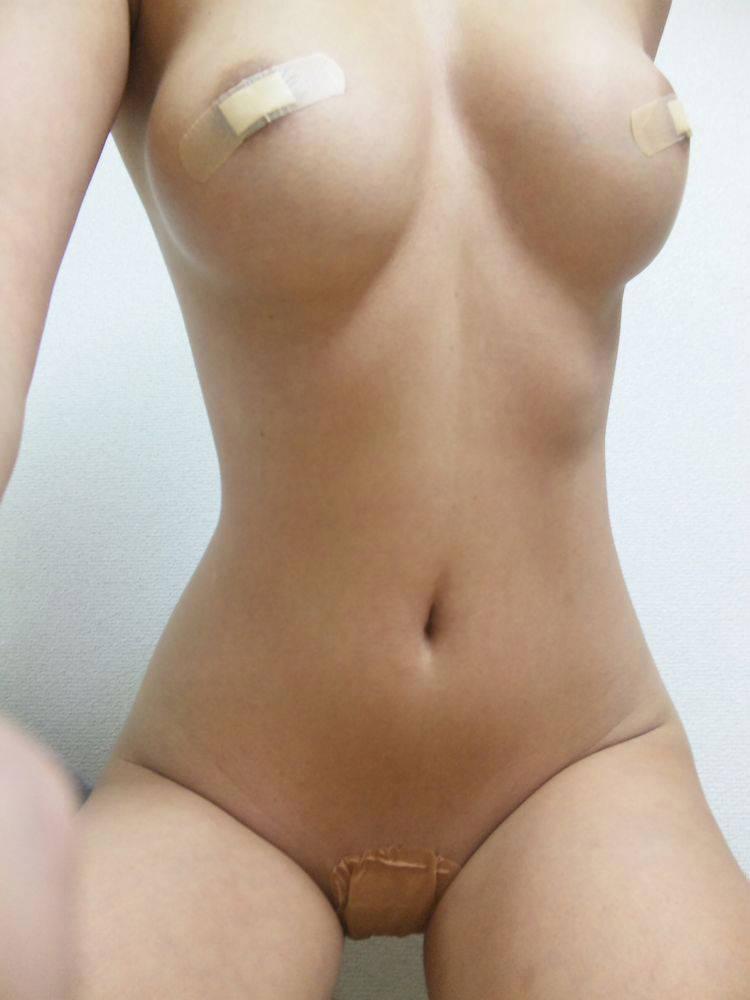 絆創膏をニップレスにして乳首やまんこに貼りつけて自画撮り投稿してるエロ画像 895