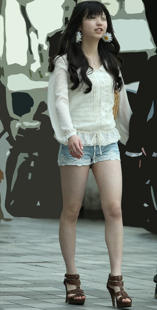 ショートパンツを履いてムチムチした太ももを露出する女の子の街撮りエロ画像 9103