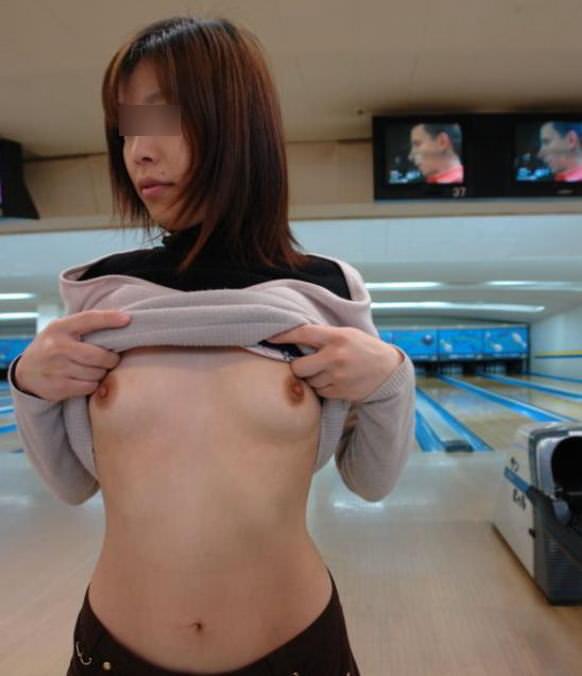 服をたくし上げてポロリしたおっぱいをネット投稿する素人娘のエロ画像 9151