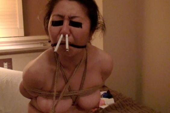 アナルとかまんこでタバコを吸ってる淫乱女のヤバイエロ画像 133