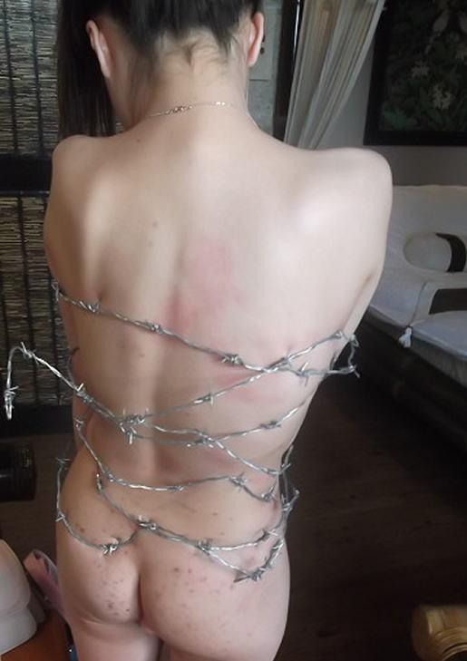 有刺鉄線を体に巻かれてズタズタになってるドM女のヤバイSMエロ画像 154
