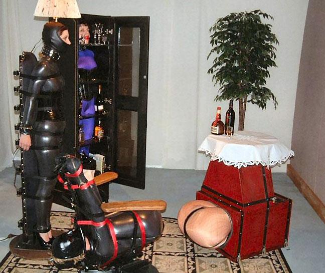 ご主人様の為に体を差し出し家具の一部に調教されてる外人のSMエロ画像 155
