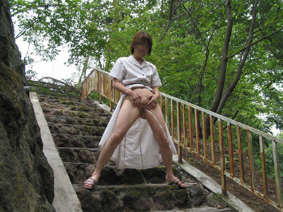 男みたいに爽快に立ちションベンしてる露出狂女の放尿エロ画像 199