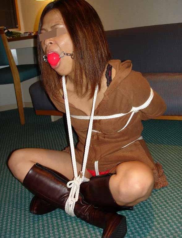 セフレを胡坐縛りで緊縛しておまんこ丸出しのSMエロ画像 2211