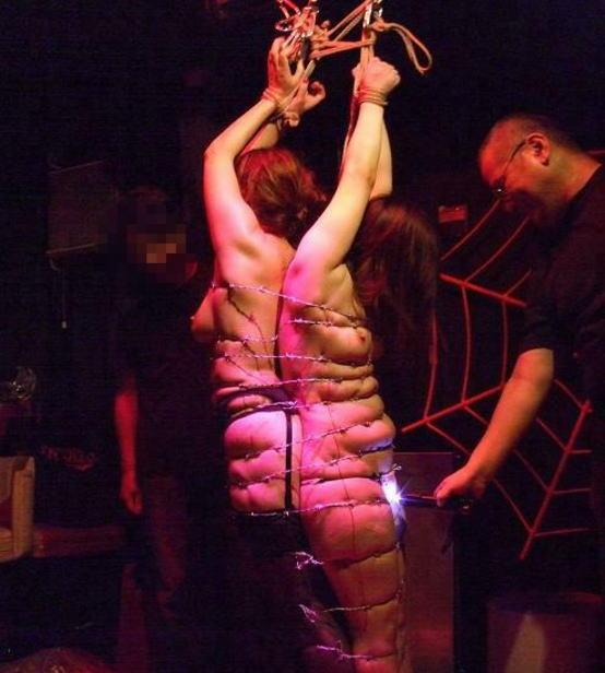 有刺鉄線を体に巻かれてズタズタになってるドM女のヤバイSMエロ画像 34
