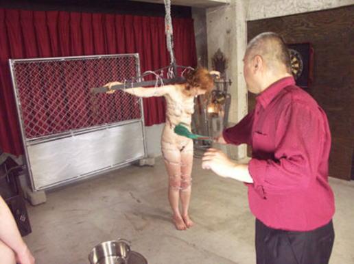 有刺鉄線を体に巻かれてズタズタになってるドM女のヤバイSMエロ画像 44