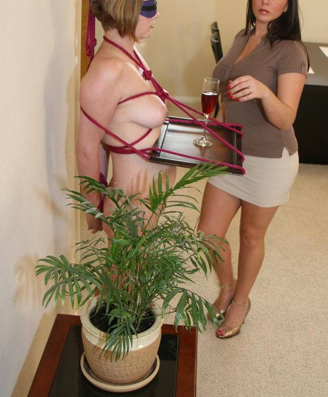 ご主人様の為に体を差し出し家具の一部に調教されてる外人のSMエロ画像 45