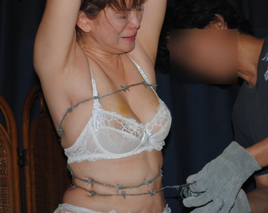 有刺鉄線を体に巻かれてズタズタになってるドM女のヤバイSMエロ画像 64