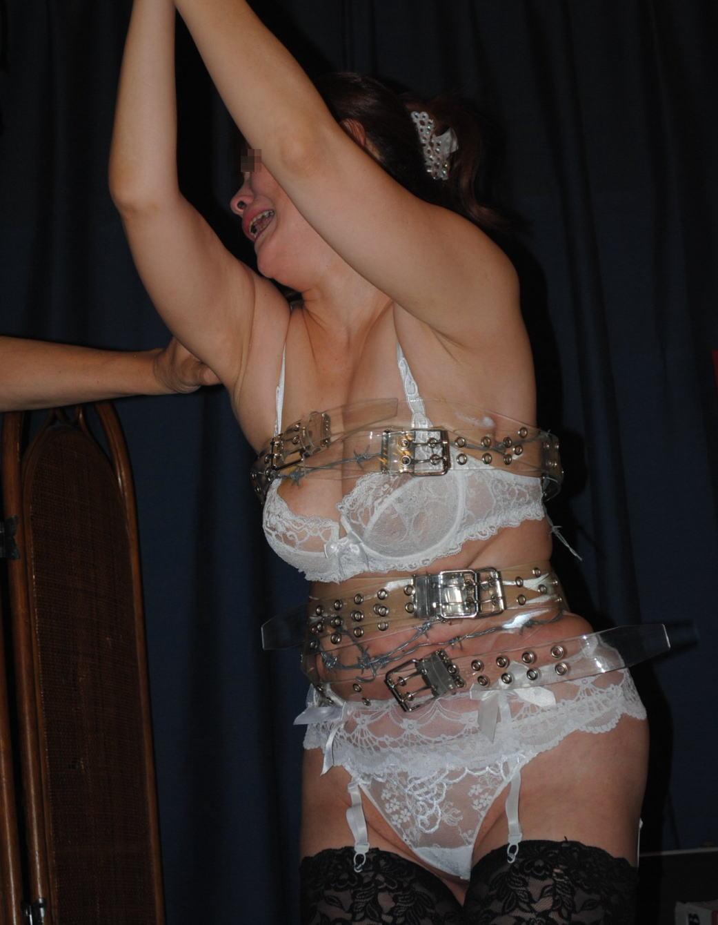 有刺鉄線を体に巻かれてズタズタになってるドM女のヤバイSMエロ画像 74