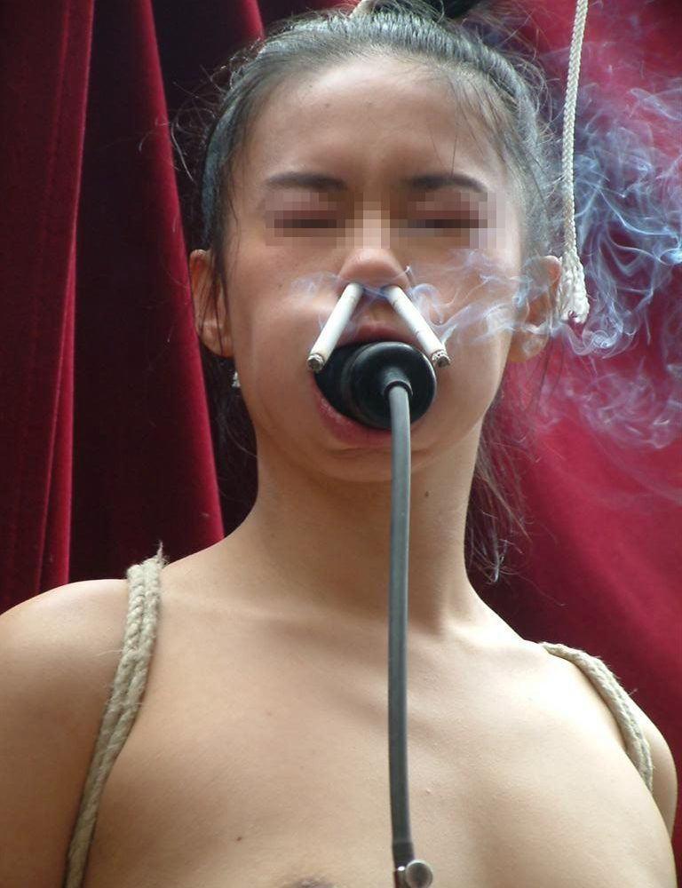 アナルとかまんこでタバコを吸ってる淫乱女のヤバイエロ画像 82