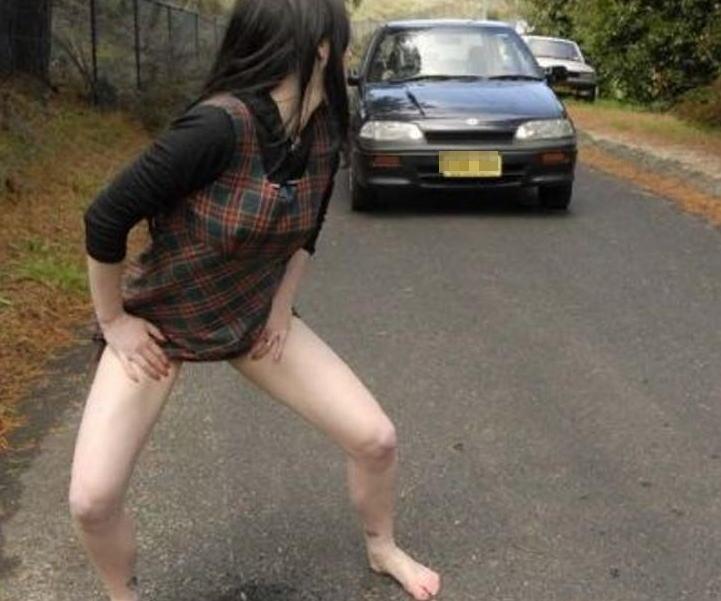 男みたいに爽快に立ちションベンしてる露出狂女の放尿エロ画像 911