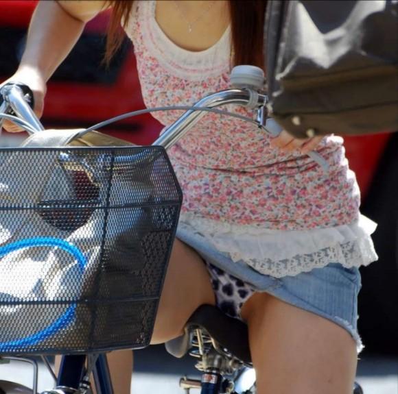 タイトなミニスカート履いた女の子の街撮りパンチラ画像 1