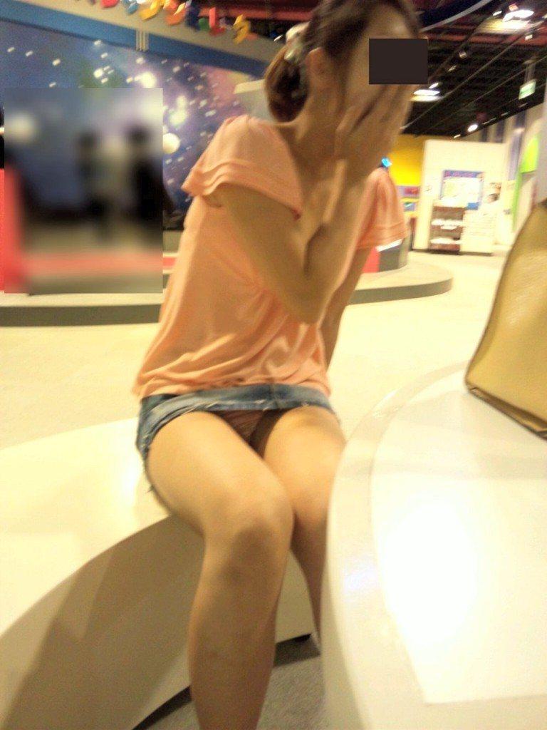タイトなミニスカート履いた女の子の街撮りパンチラ画像 10