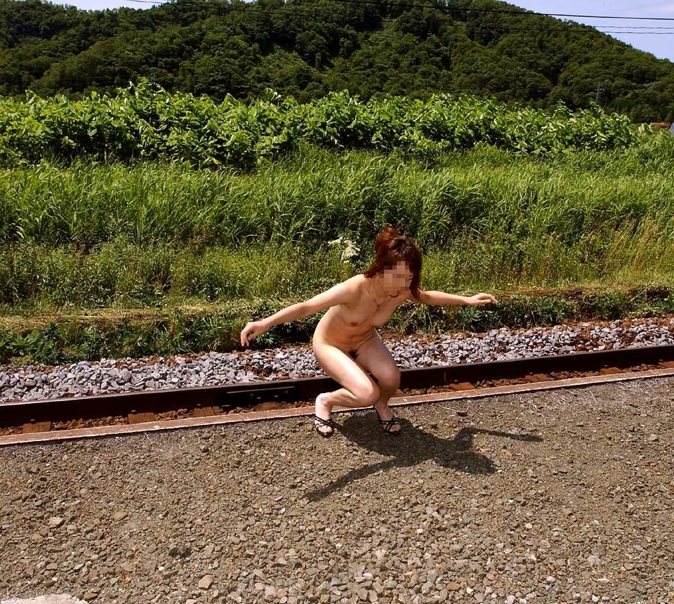 猥褻な姿を堂々と晒す変態女の露出プレイエロ画像 1028